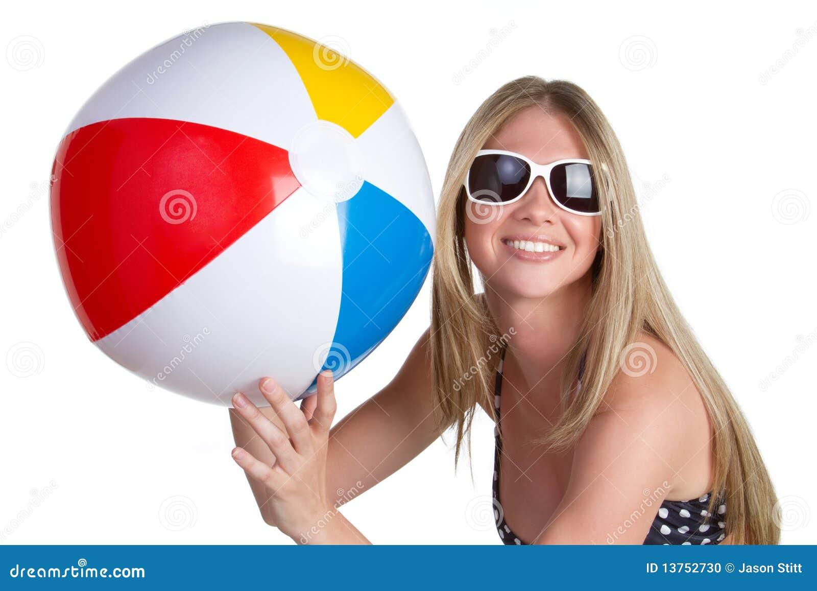 Menina com esfera de praia