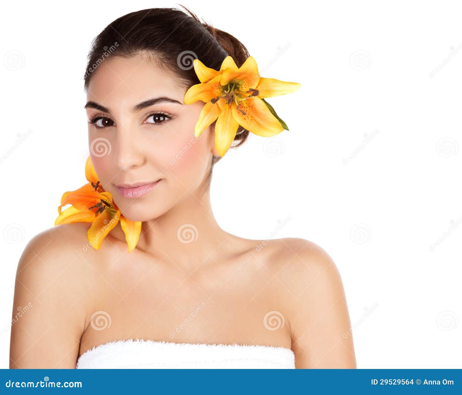 Menina com flor do lírio