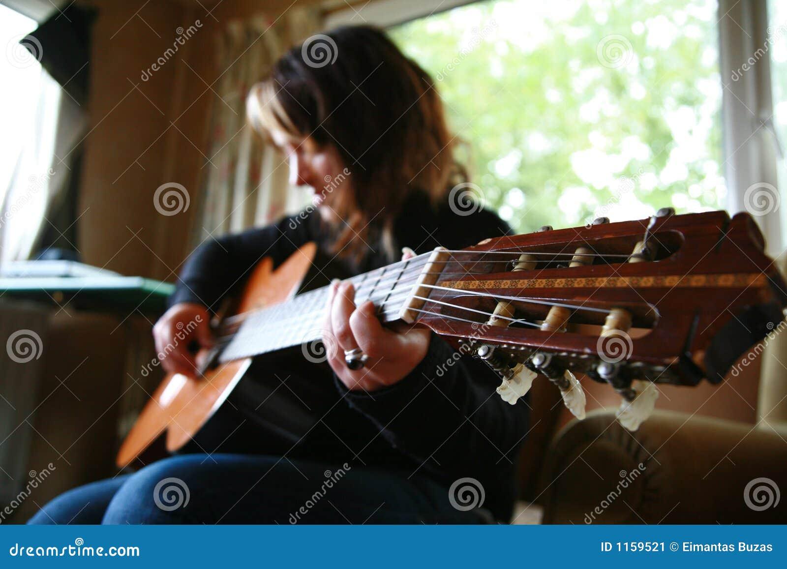 Menina com guitarra