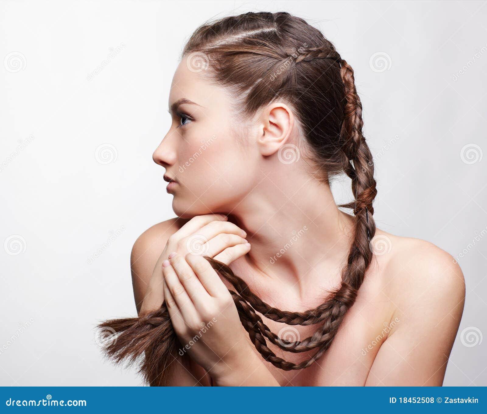 Menina com hair-do creativo