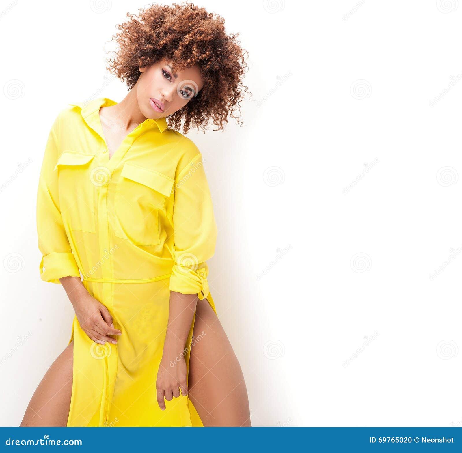 Menina com o afro no vestido amarelo