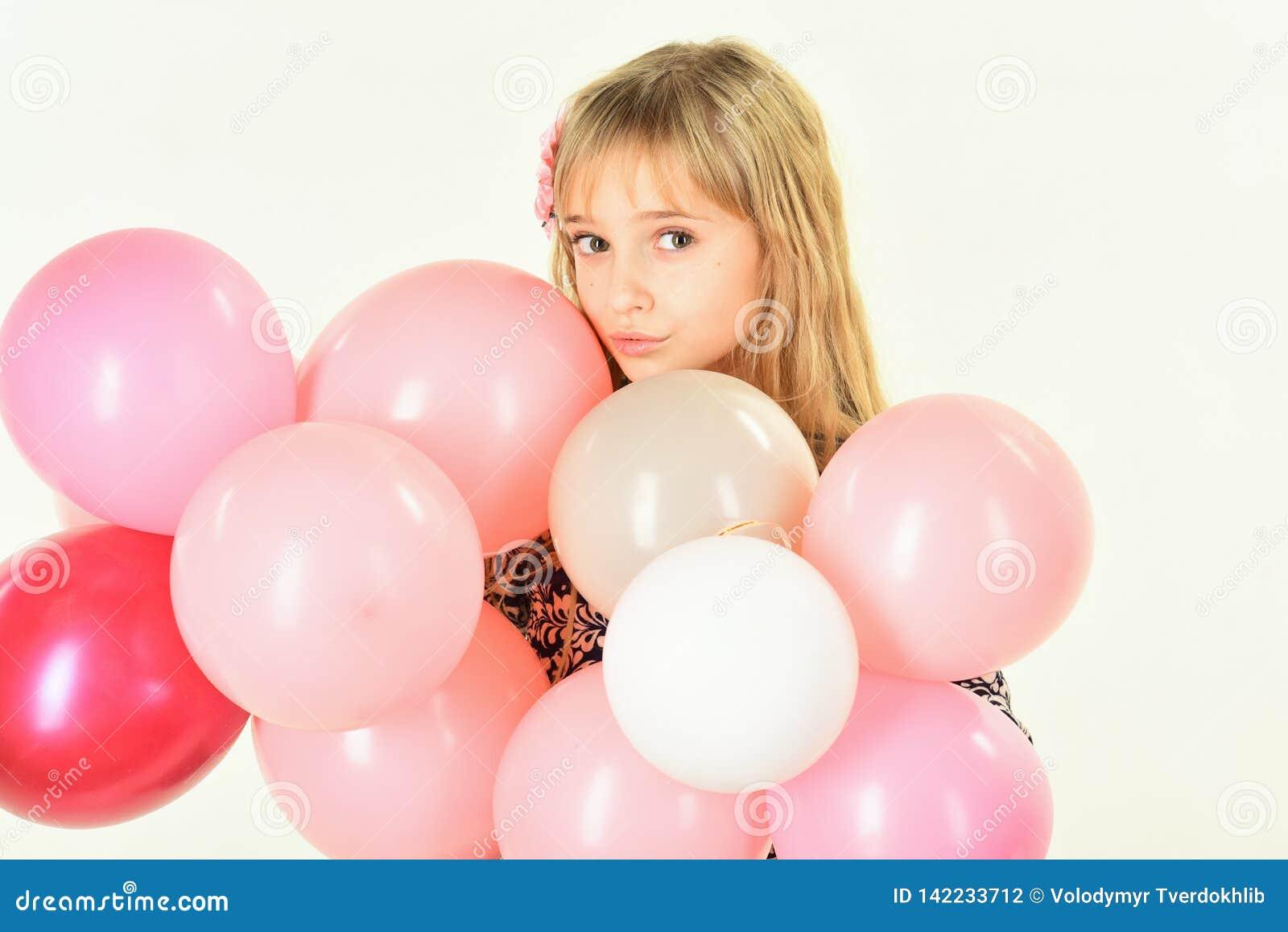 Menina com os balões da posse do penteado Beleza e forma, cores pastel punchy Criança com os balões no aniversário Menina pequena