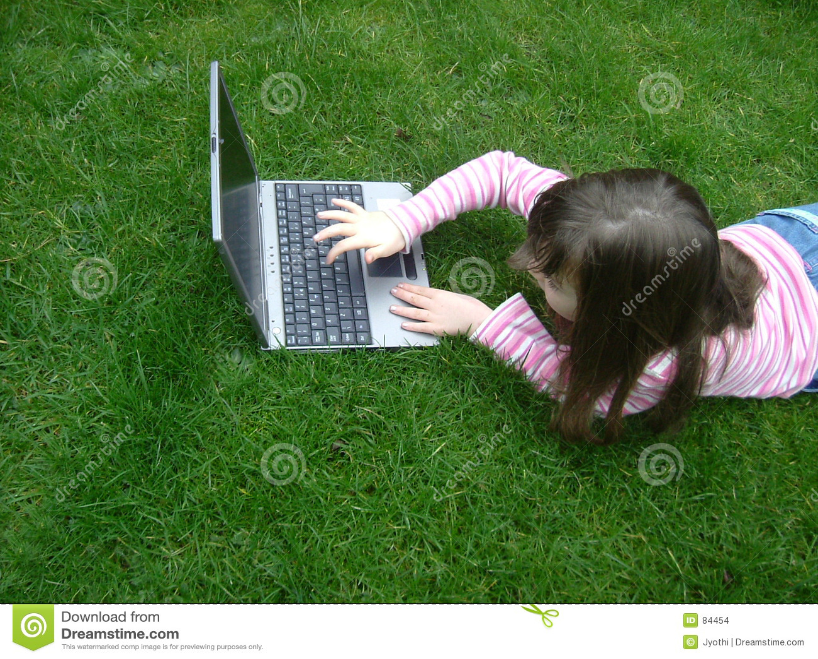 Menina com portátil