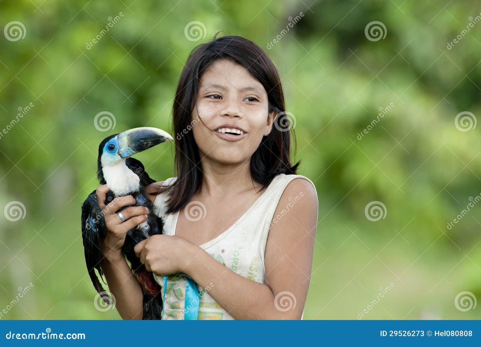 Menina com a turquesa toucan (Amazónia)