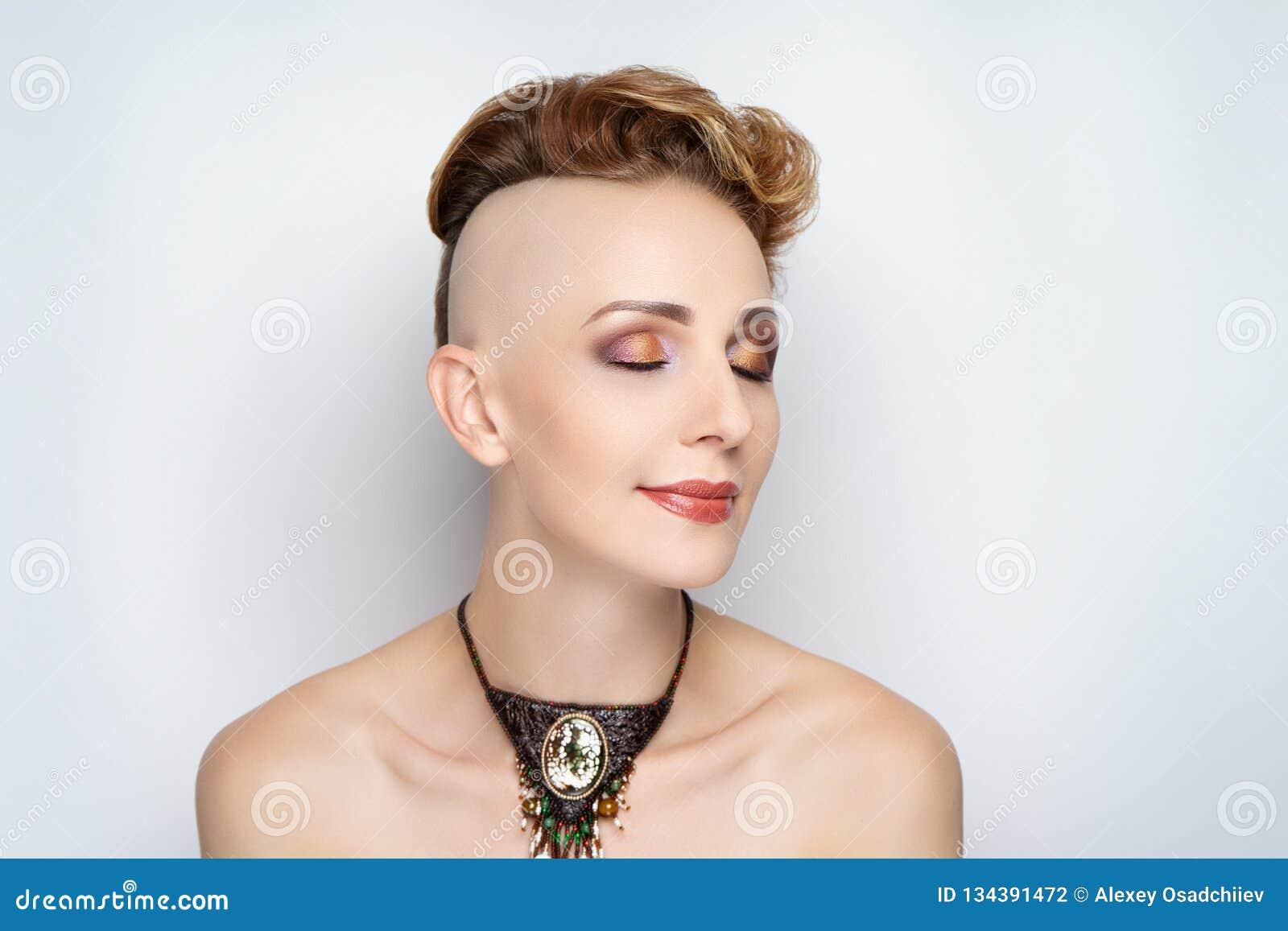 Menina com um corte de cabelo curto e um templo barbeado
