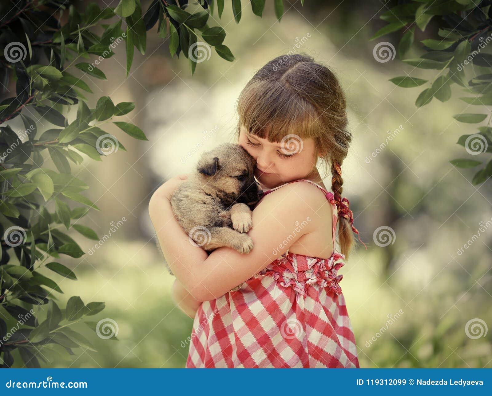 Menina com um filhote de cachorro
