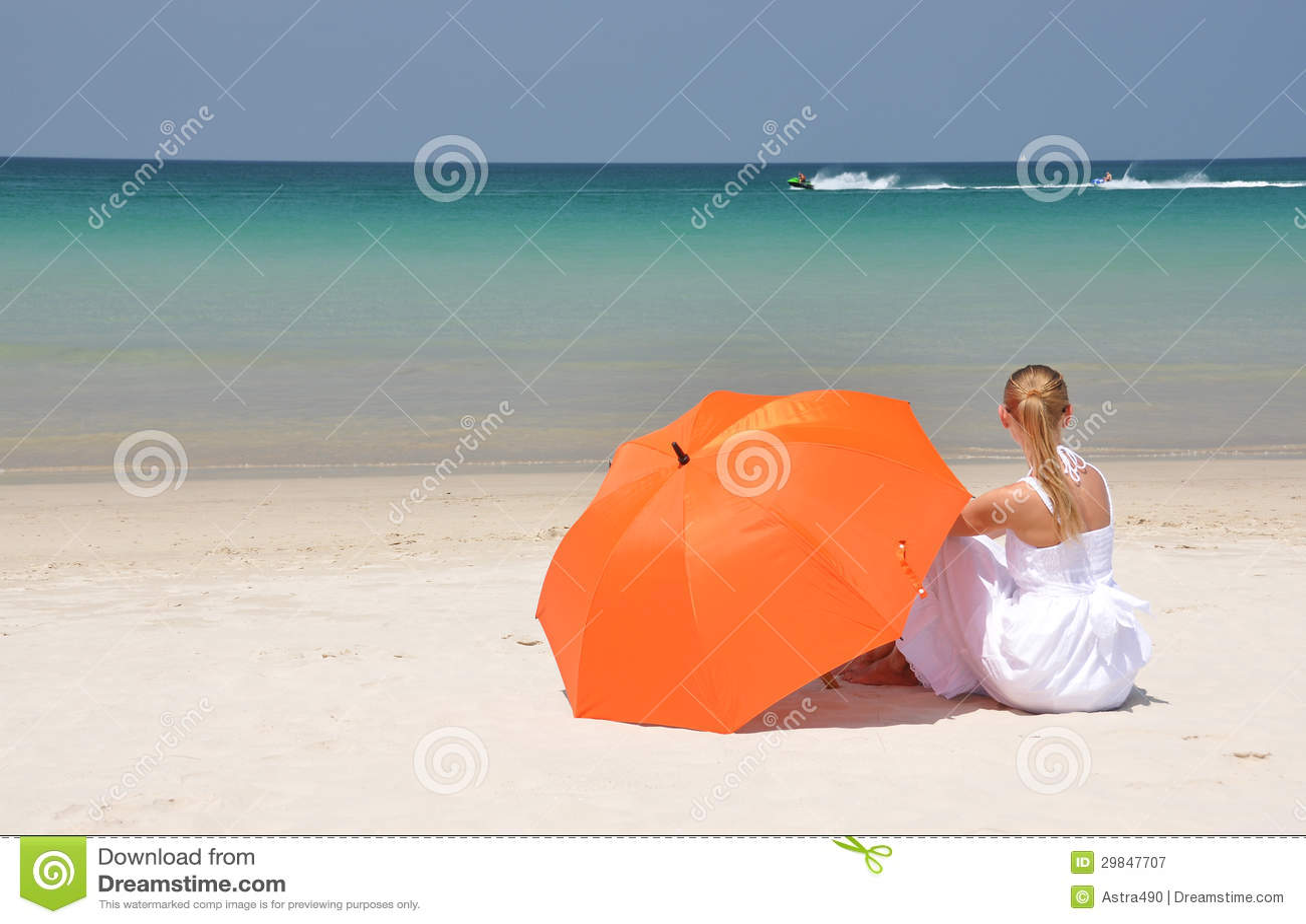 Menina com um guarda-chuva no Sandy Beach