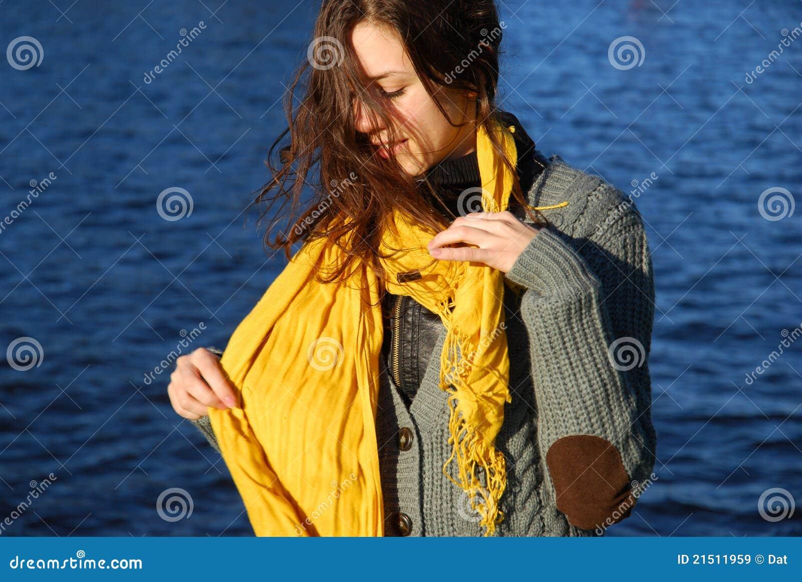 Menina com um lenço amarelo