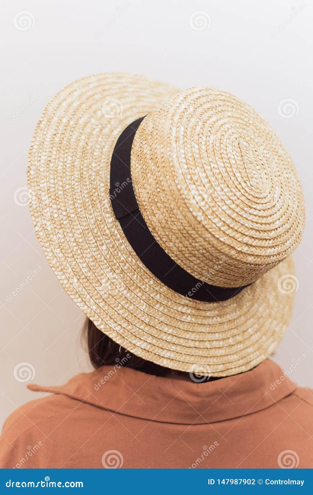 Menina com um quadrado em um chapéu de palha em um fundo branco