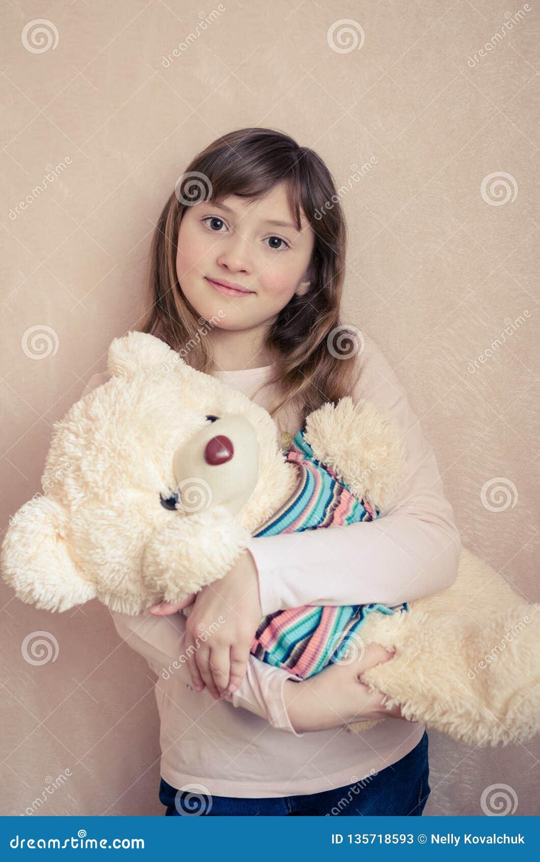 A menina com um urso de peluche