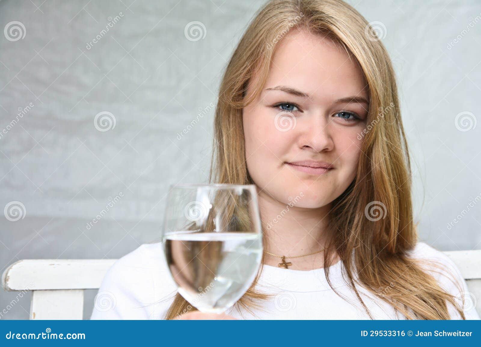 Menina com um vidro da água