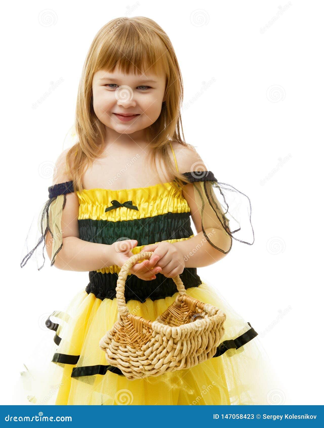 Menina com uma cesta de vime