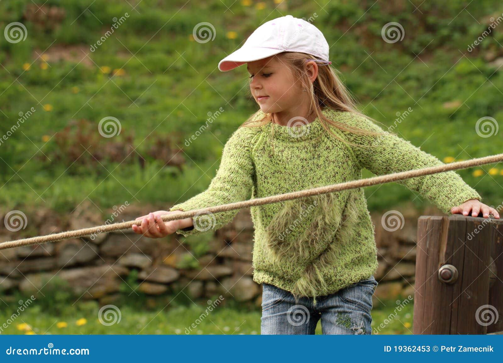 Menina com uma corda