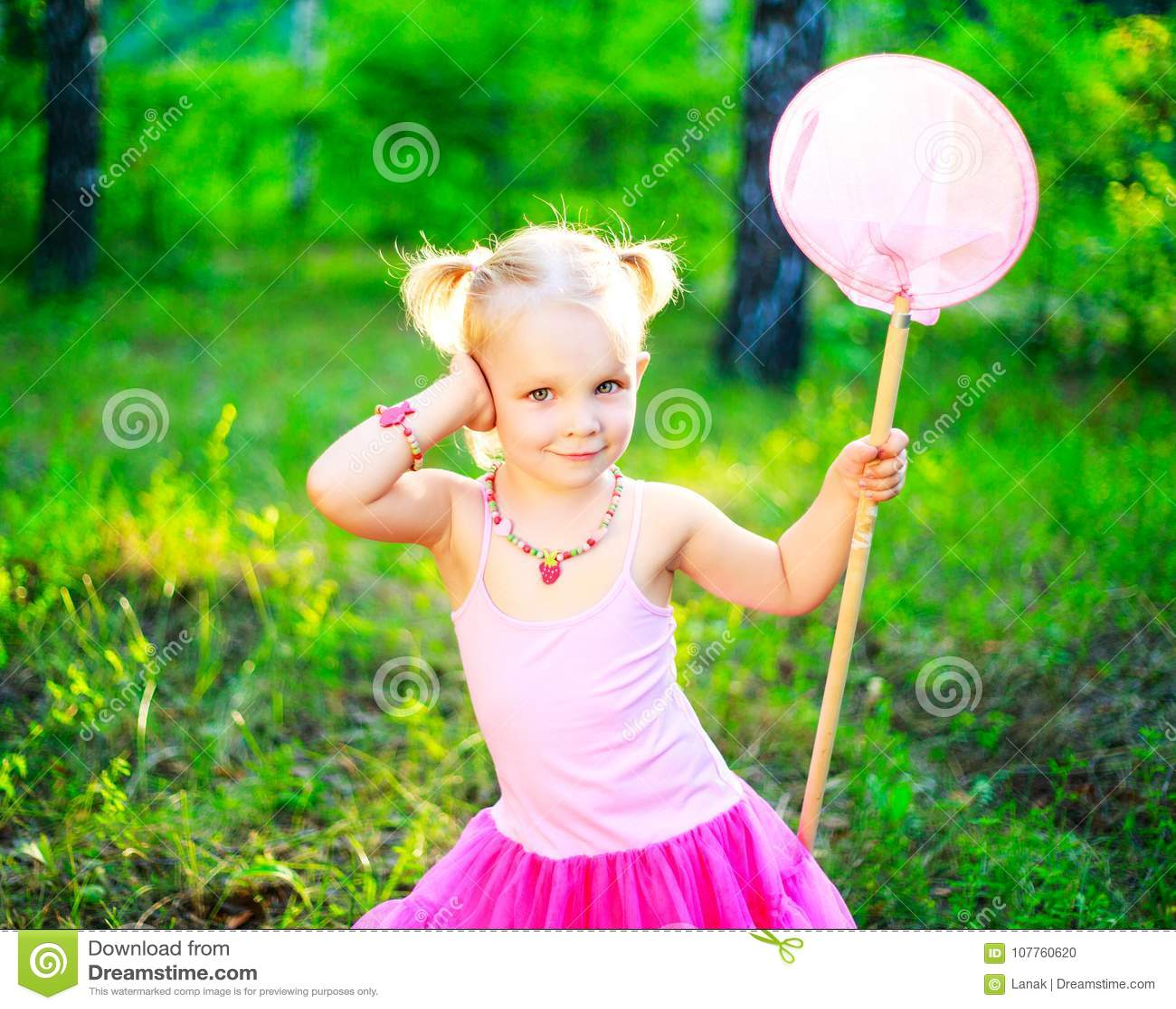 Menina com uma rede da borboleta
