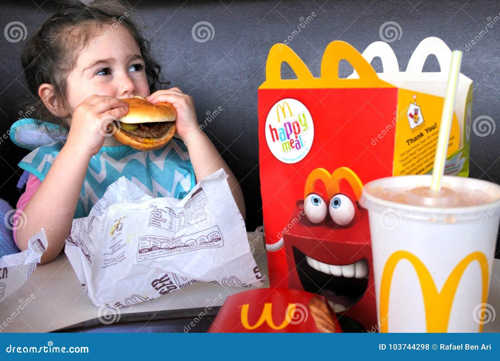A menina come o fast food