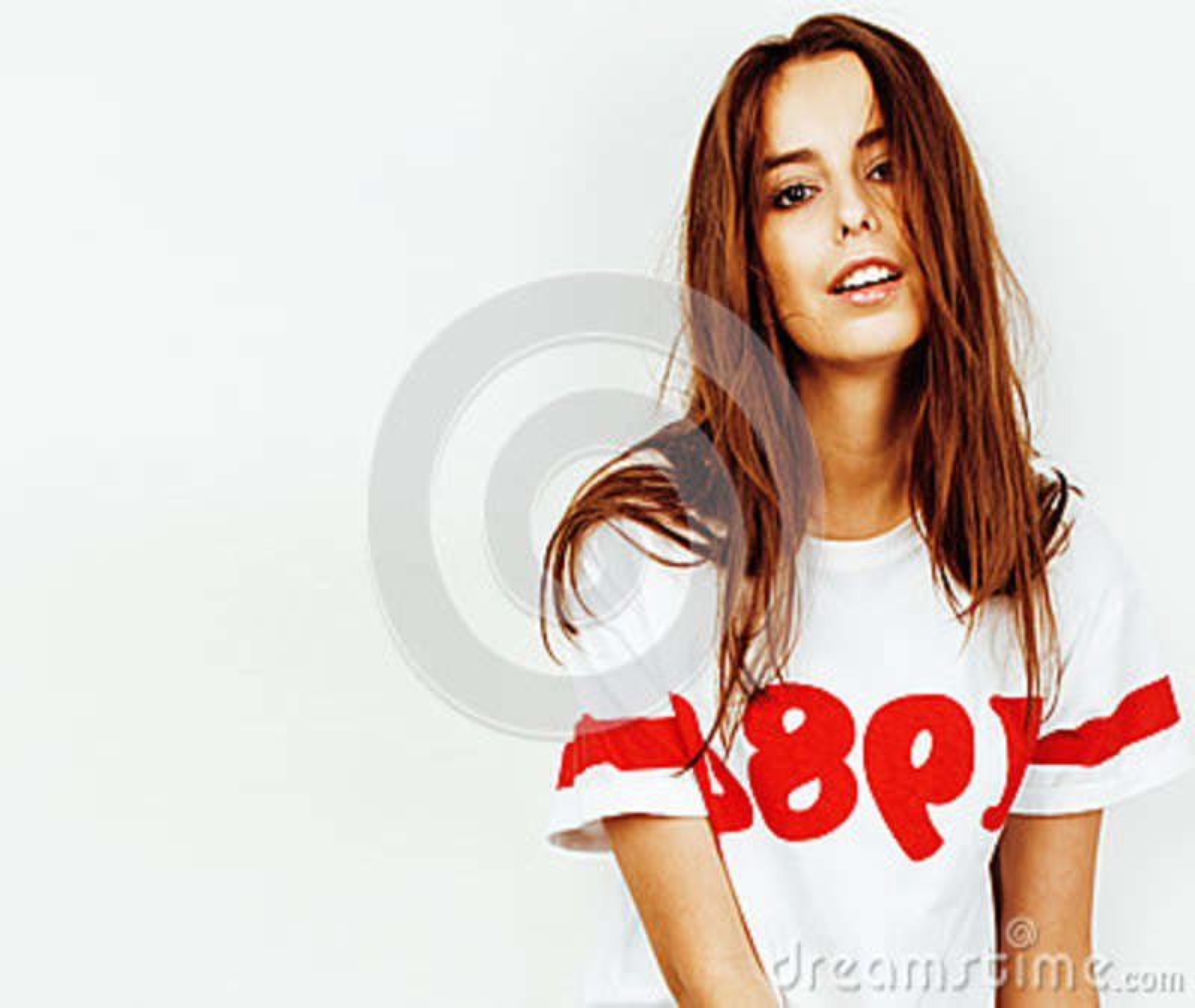 Menina consideravelmente adolescente do moderno dos jovens que levanta o sorriso feliz emocional no fundo branco, conceito dos po