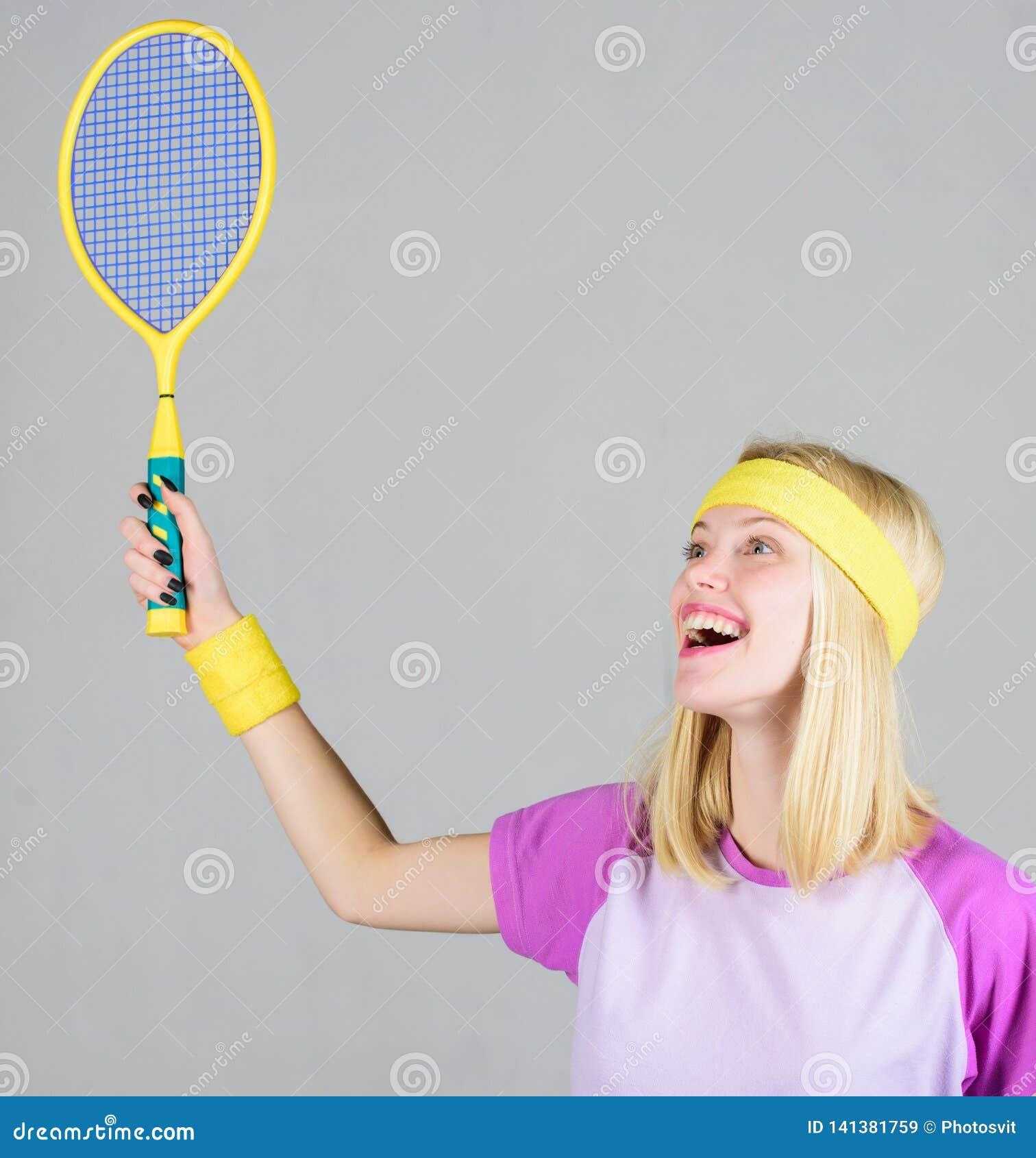 A menina coube o tênis louro magro do jogo Esporte para a saúde de manutenção Estilo de vida ativo Raquete de tênis da posse da m