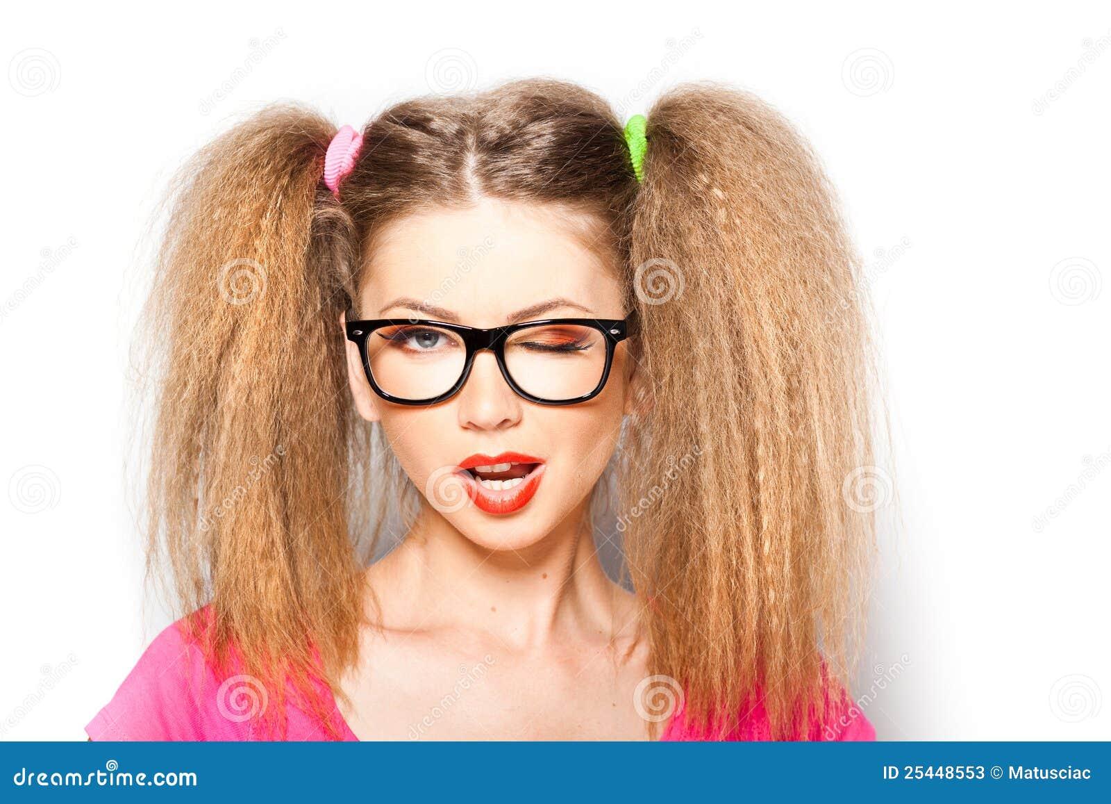 Menina Curly com vidros do moderno e duas caudas
