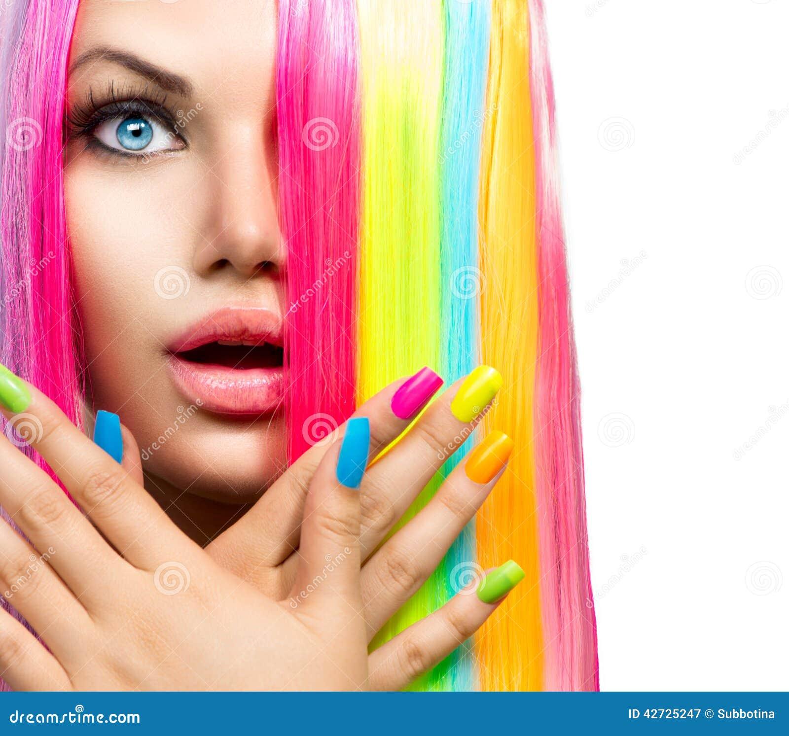 menina-da-beleza-com-cabelo-e-verniz-para-as-unhas-coloridos-42725247.jpg