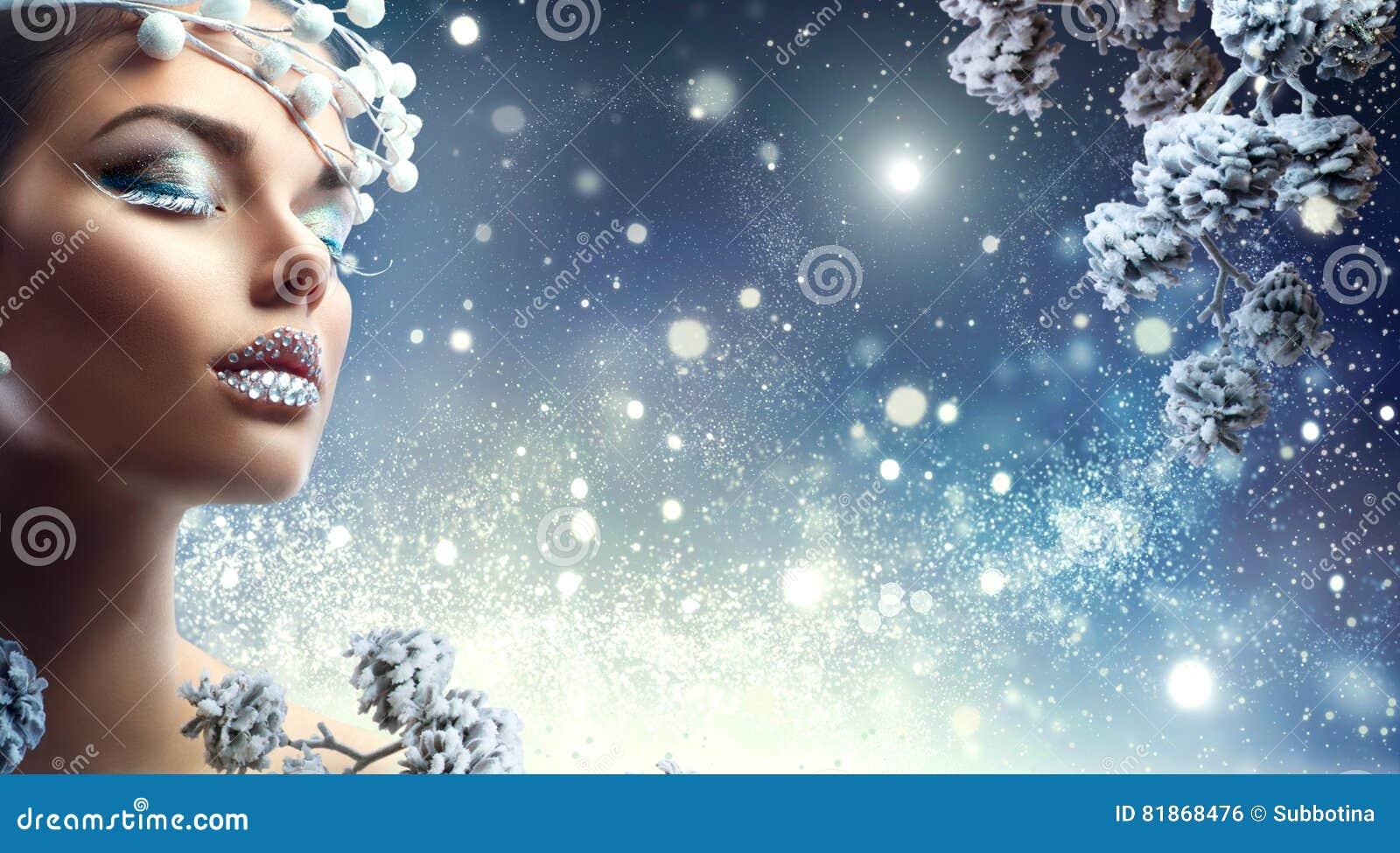 Menina da beleza do Natal Composição do inverno com as gemas nos bordos