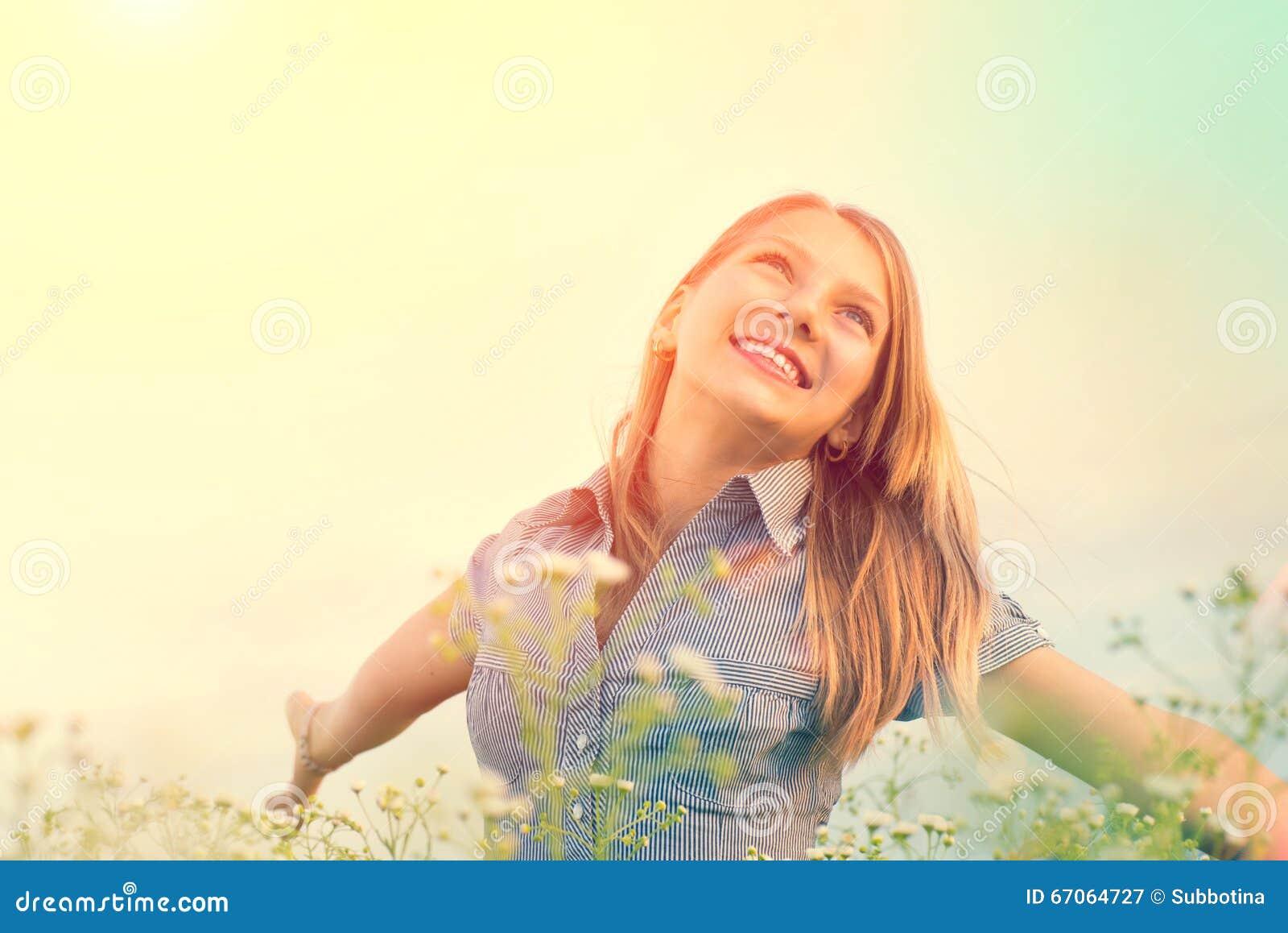 Menina da beleza que aprecia fora a natureza