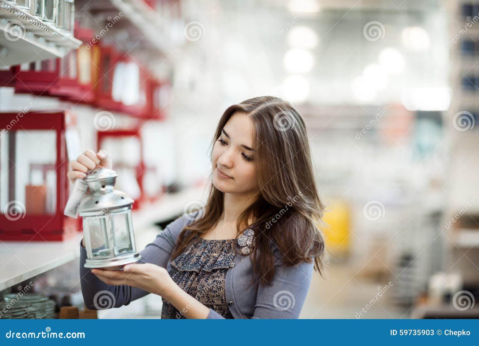 Menina da beleza que shoping