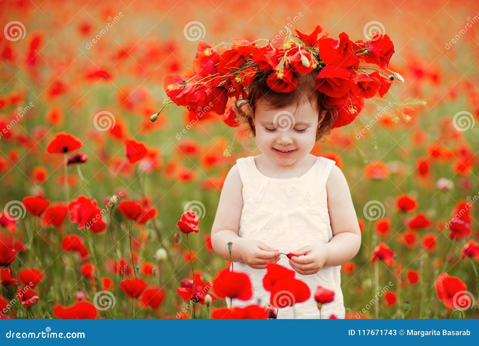 Menina da criança com o ramalhete das papoilas