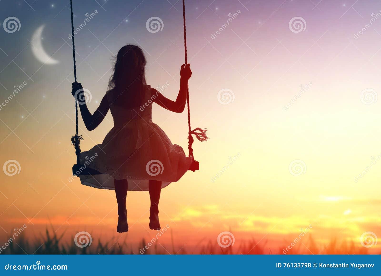 Menina da criança no balanço
