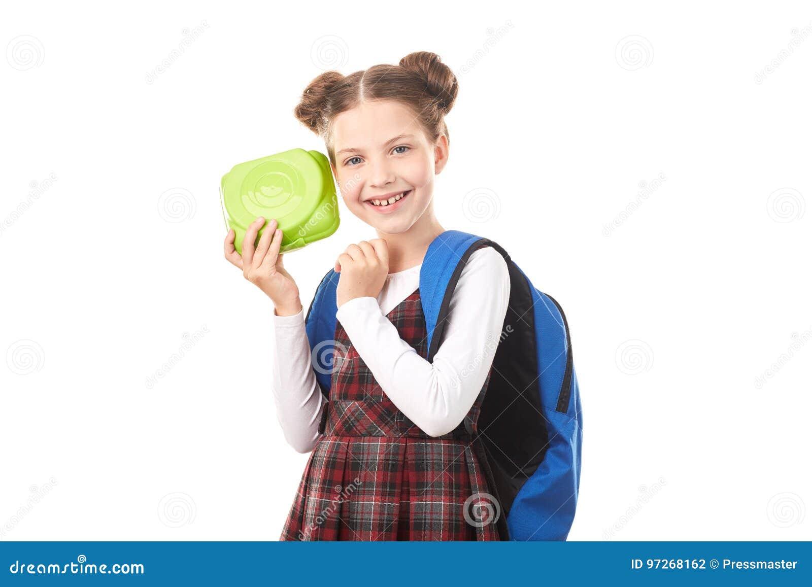 Menina da escola com cesta de comida
