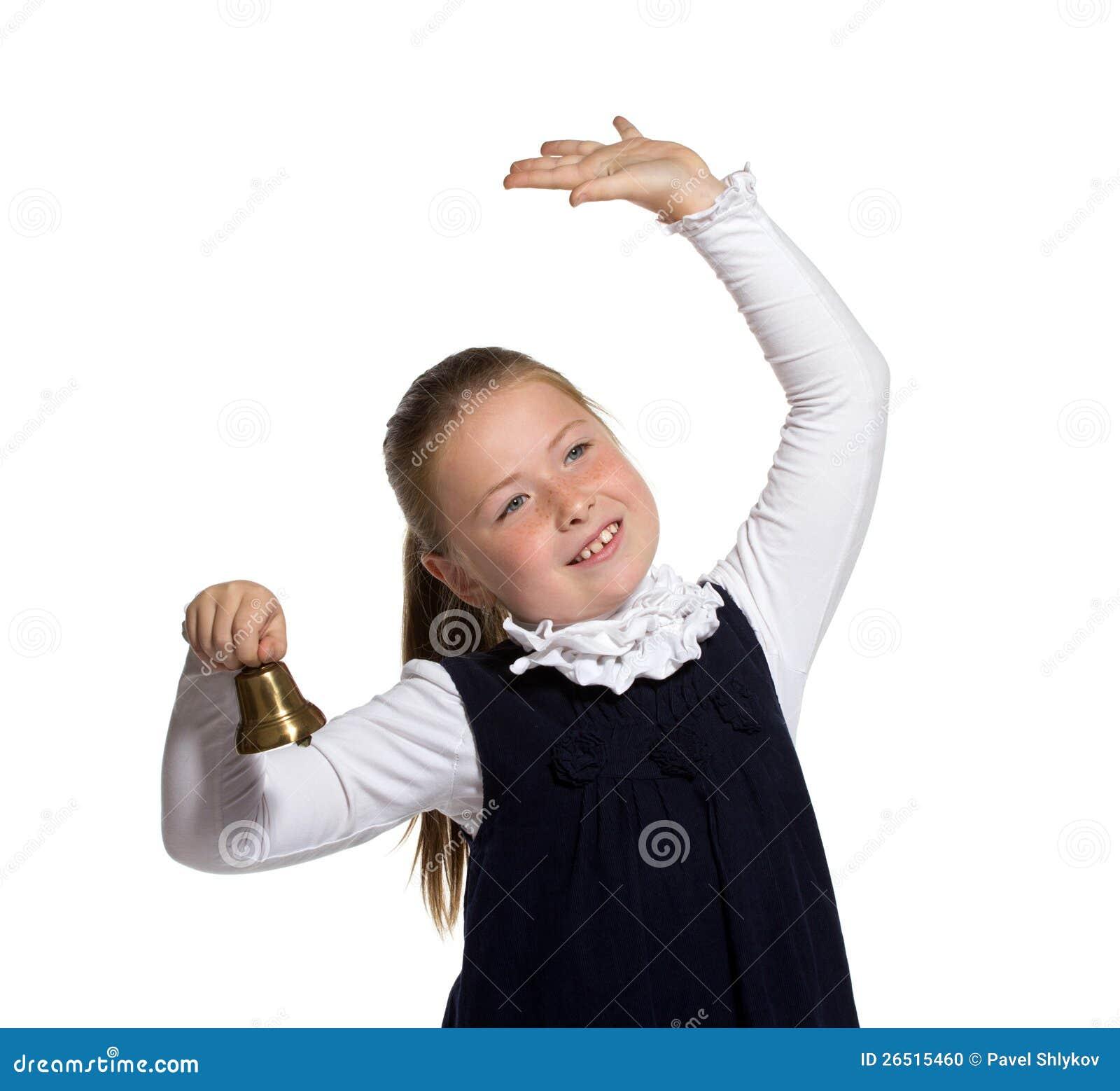 Menina da escola que soa um sino dourado