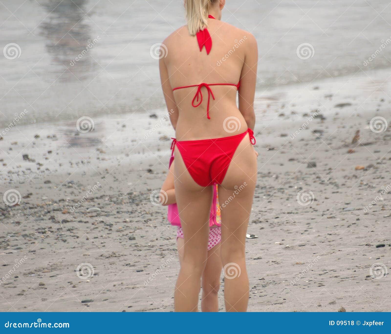 Menina da praia no vermelho