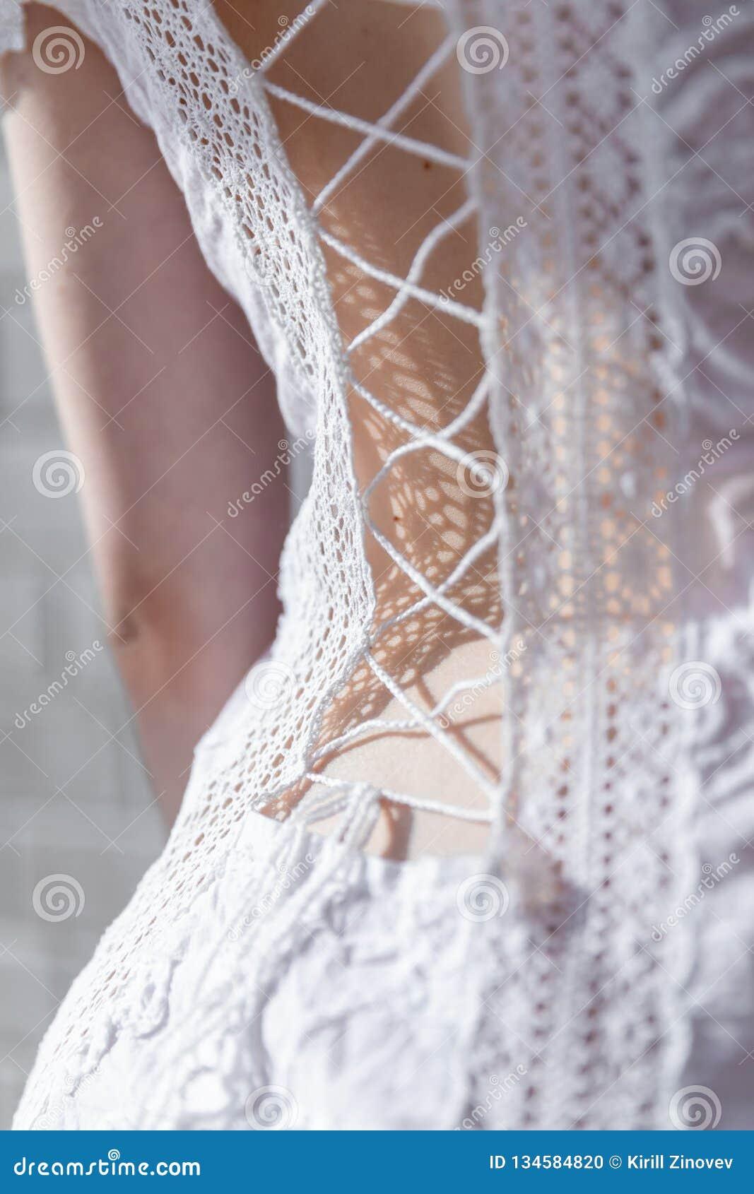 Menina da rotação em um vestido com laço