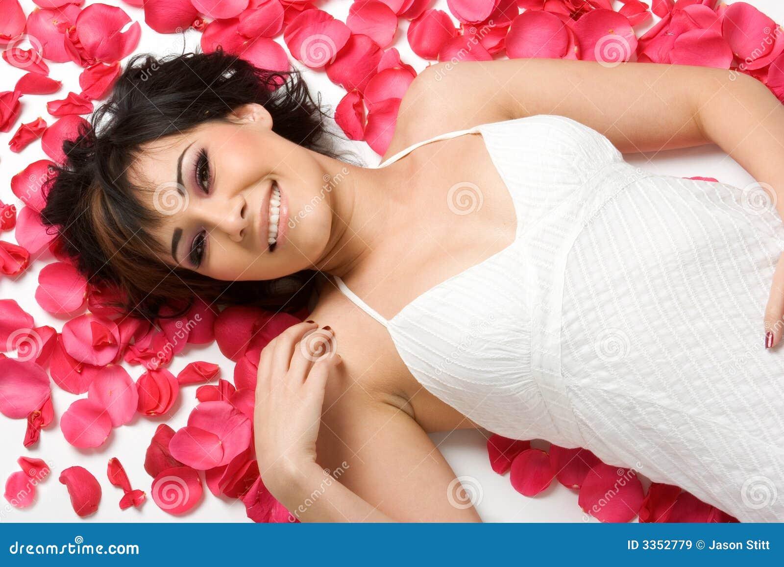 Menina das pétalas da flor