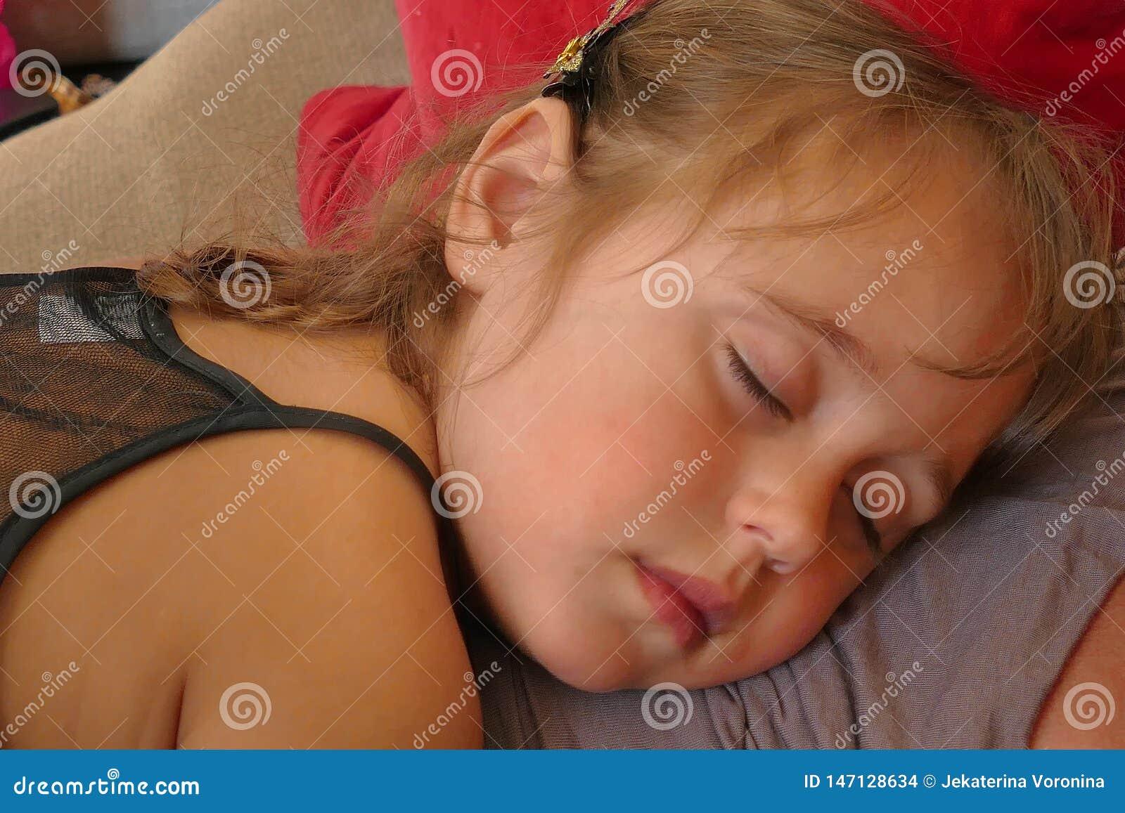 A menina de 4 anos dorme em seu mother& x27; corpo de s