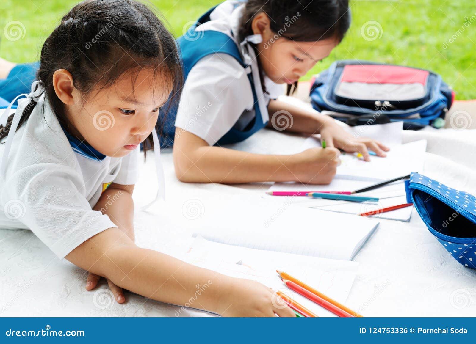A menina de duas irmãs escreve aos escrita-livros A decisão das lições a menina estabelece a tiragem da imagem