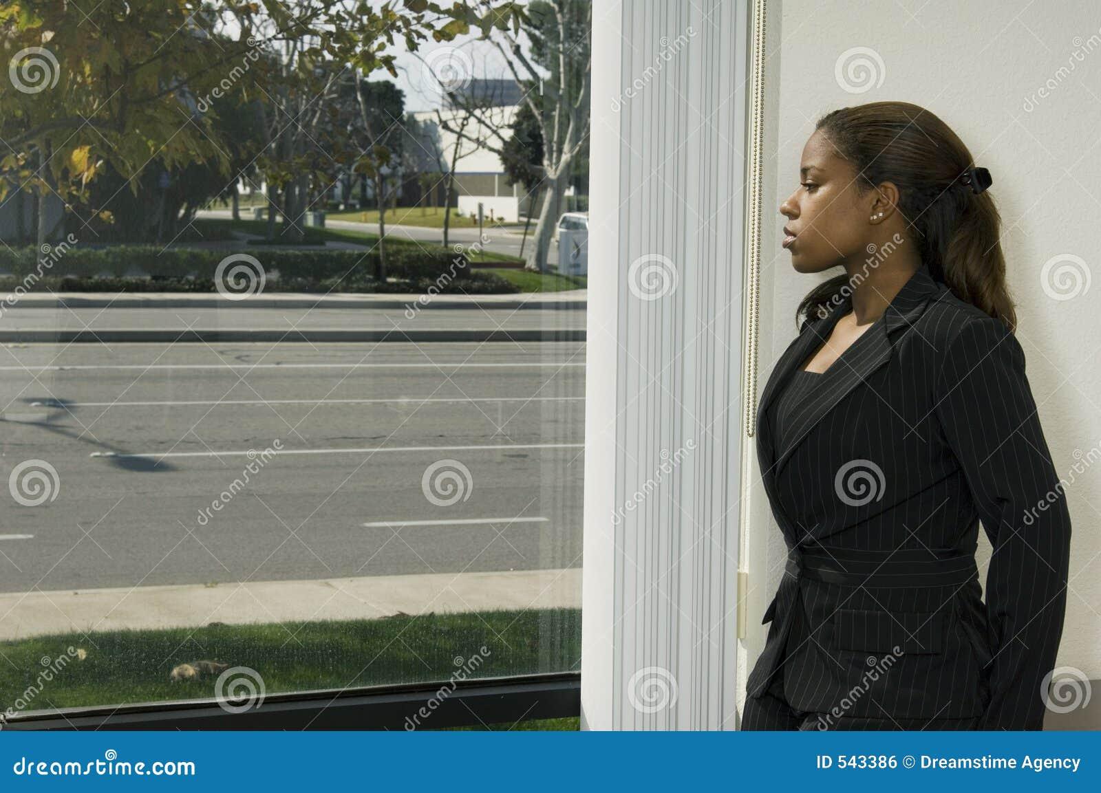 Menina de escritório pelo indicador