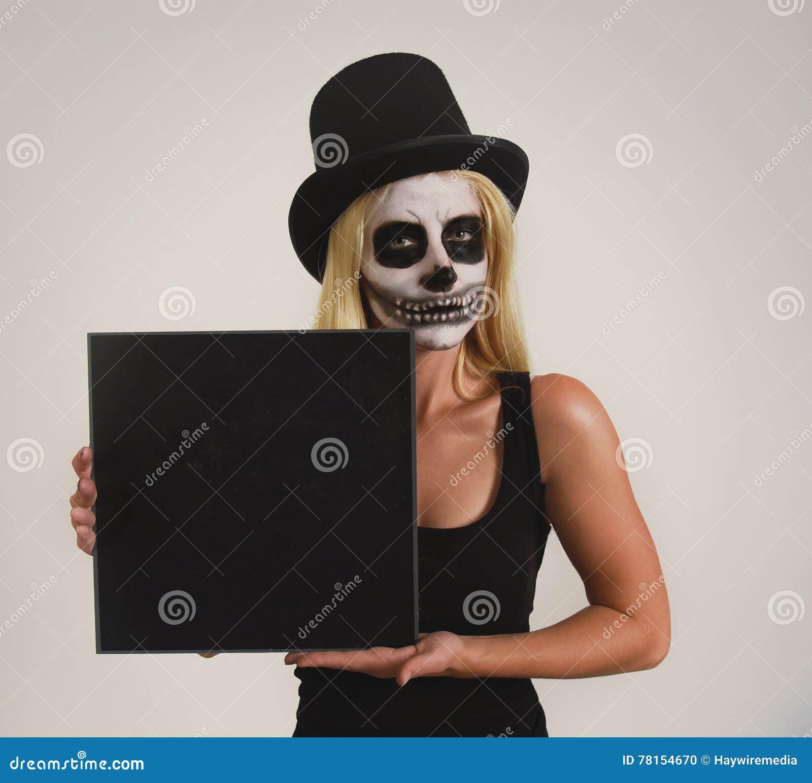 Menina de esqueleto assustador de Dia das Bruxas com sinal vazio