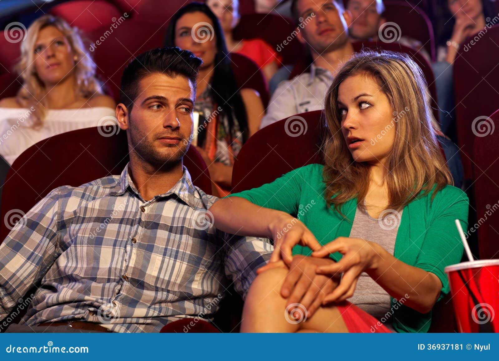 Menina de molestamento do homem novo no cinema na primeira data