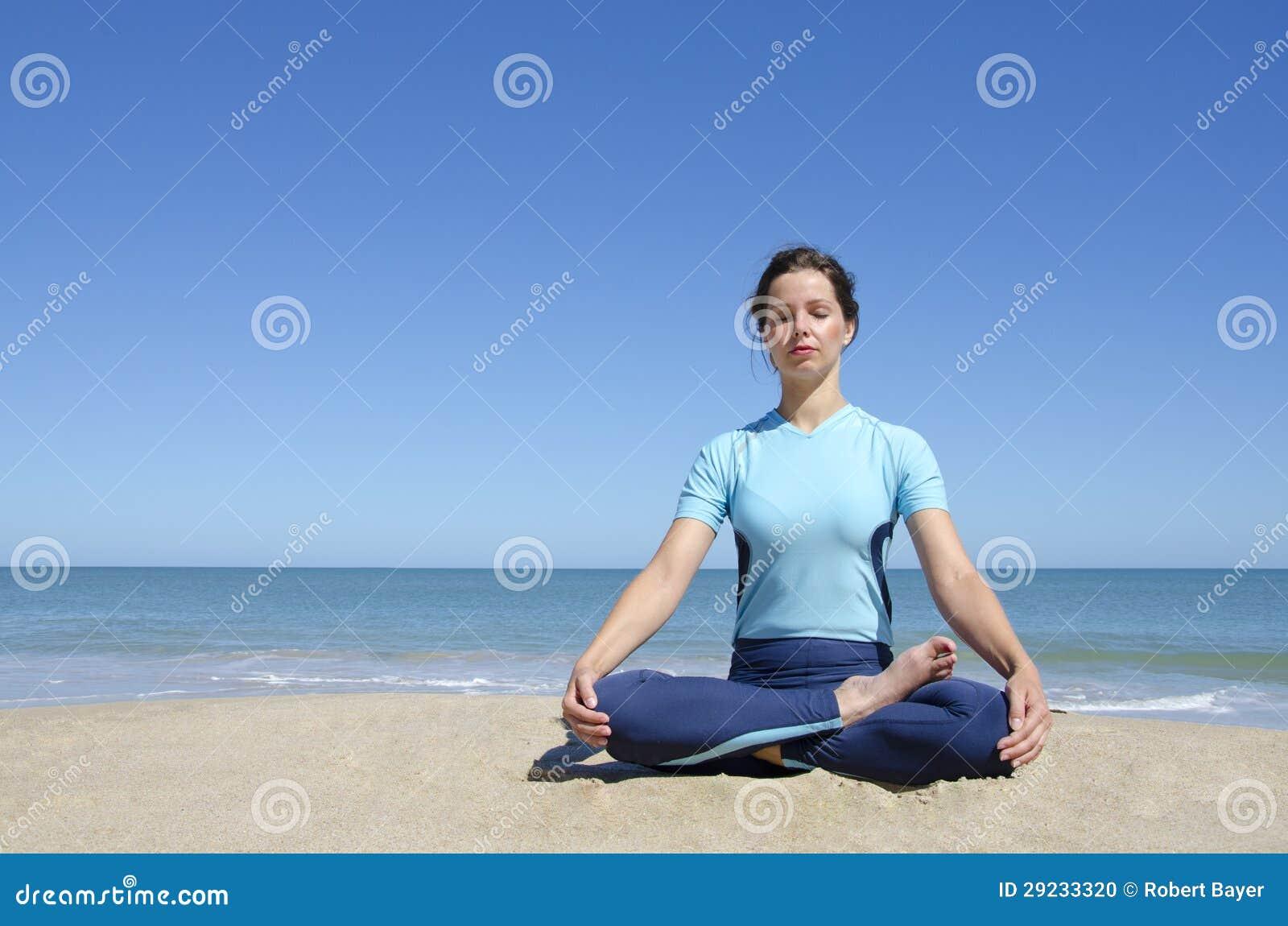 Download A Menina De Pernas Cruzadas Em Lótus Da Ioga Levanta Na Praia Foto de Stock - Imagem de pose, brunette: 29233320
