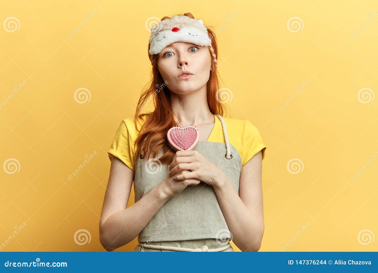 Menina de Seriousbeautiful que guarda uma escova de cabelo