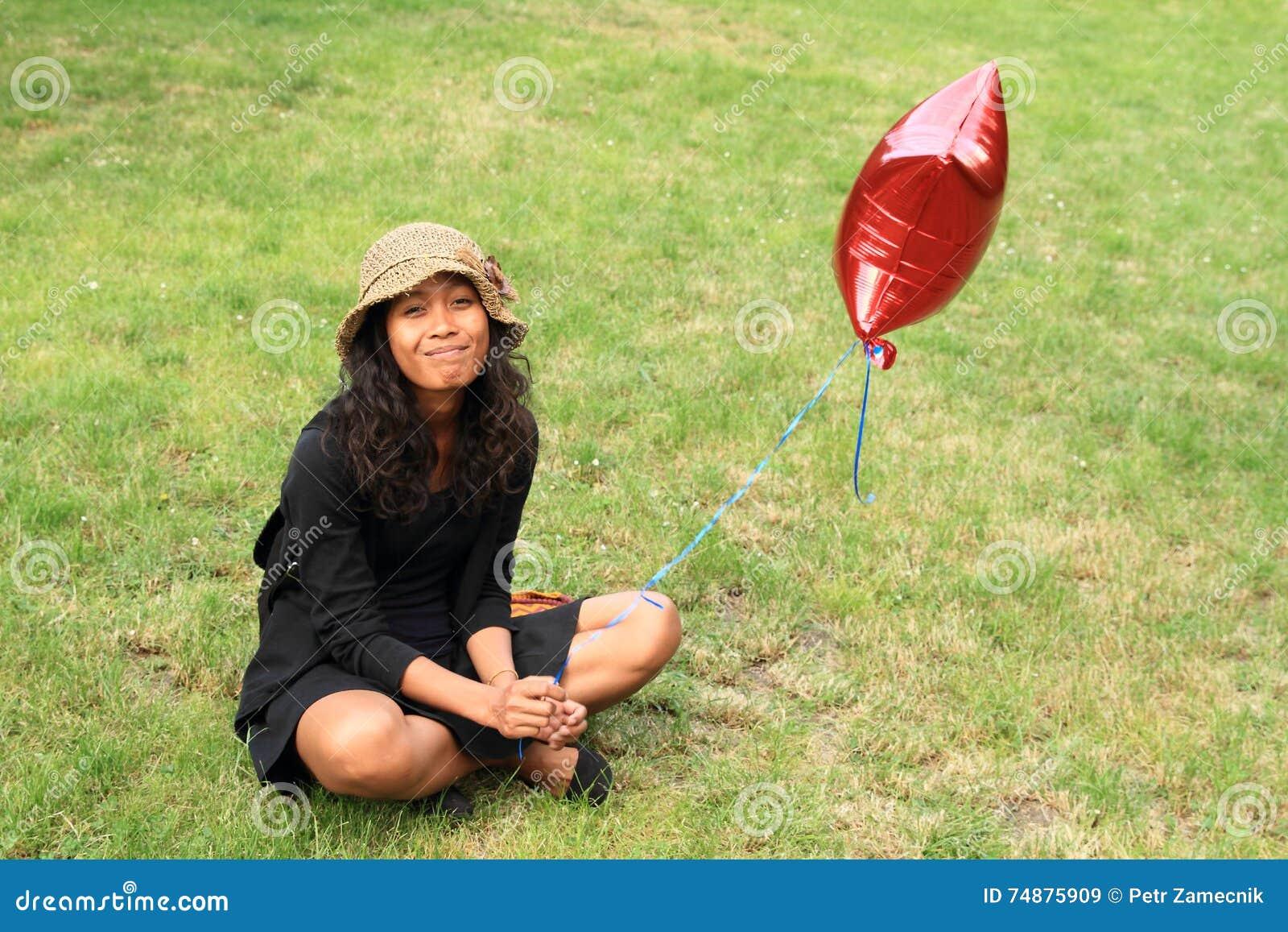 Menina de sorriso com balão