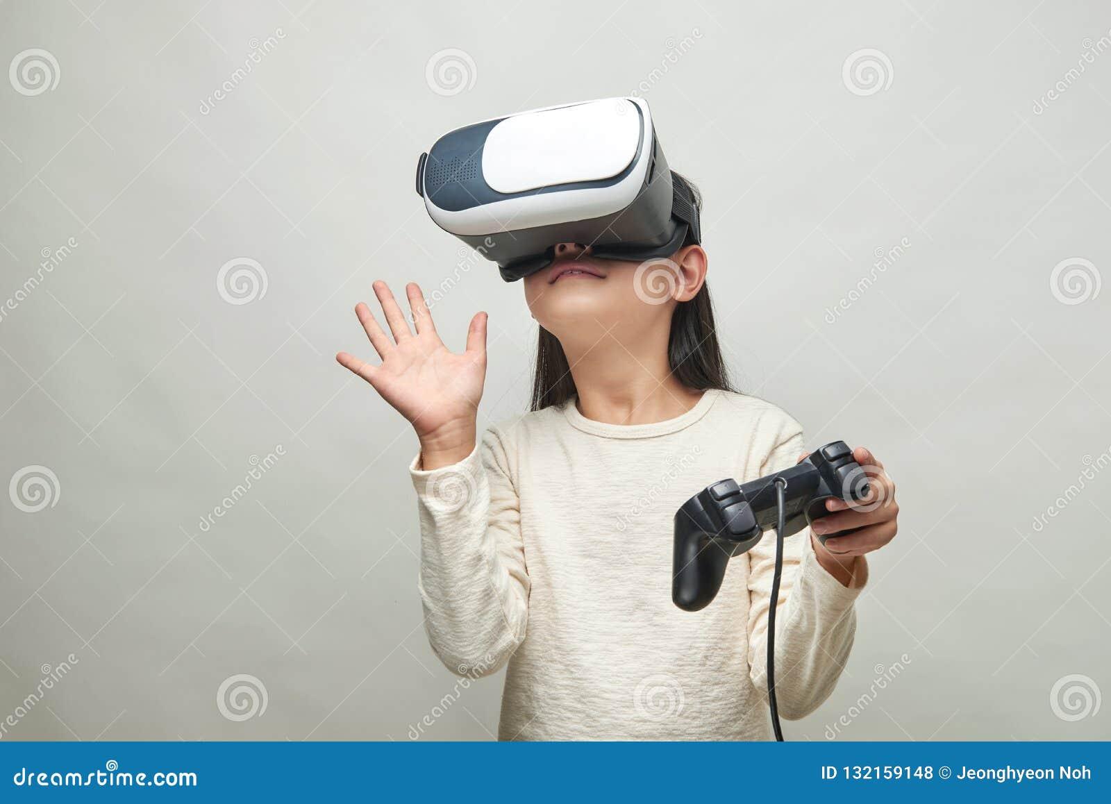 Menina de sorriso com vidros da realidade virtual
