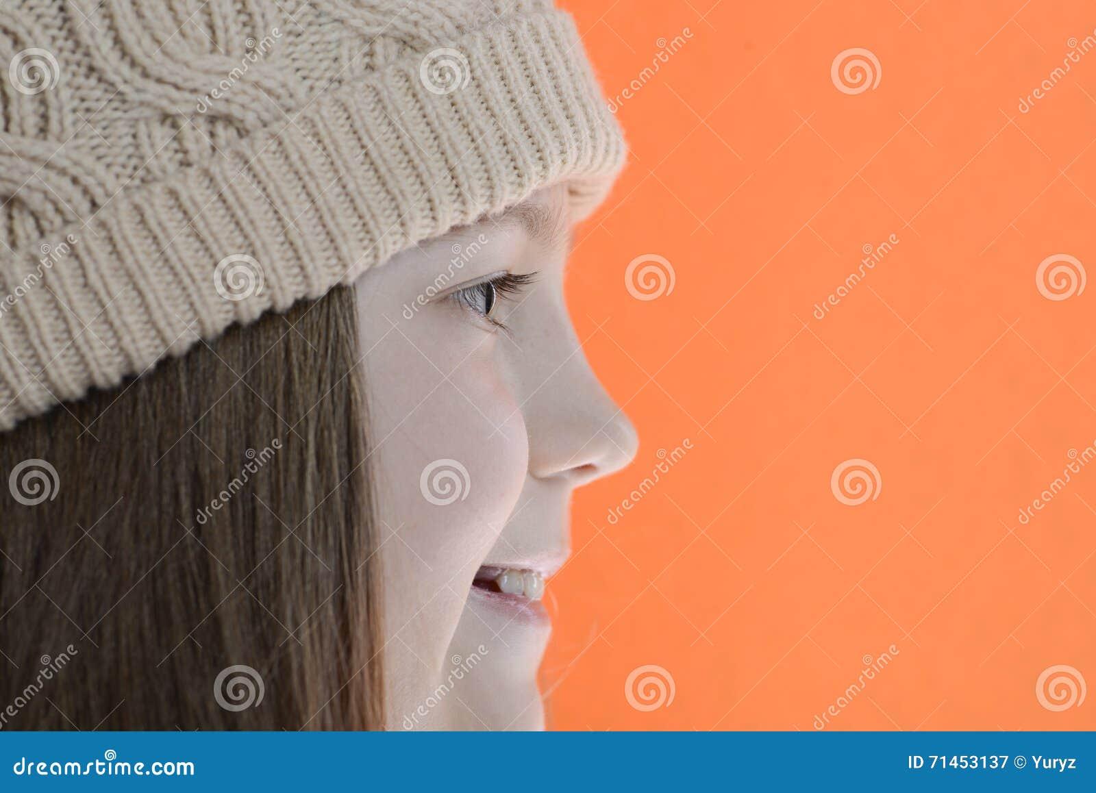 Menina de sorriso no lado do tampão