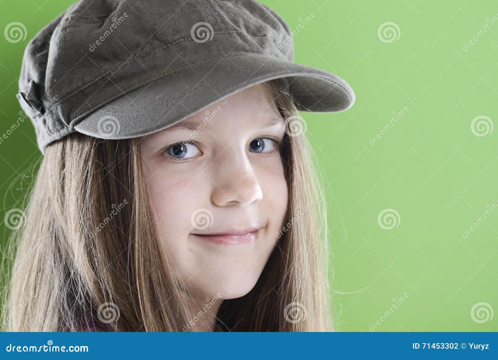 Menina de sorriso no tampão verde