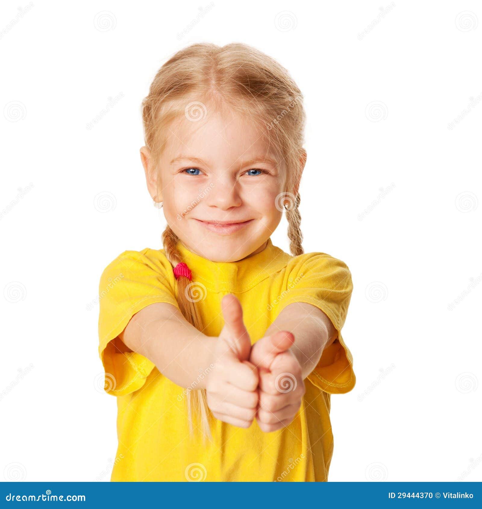 Menina de sorriso que mostra os polegares acima ou o símbolo APROVADO.