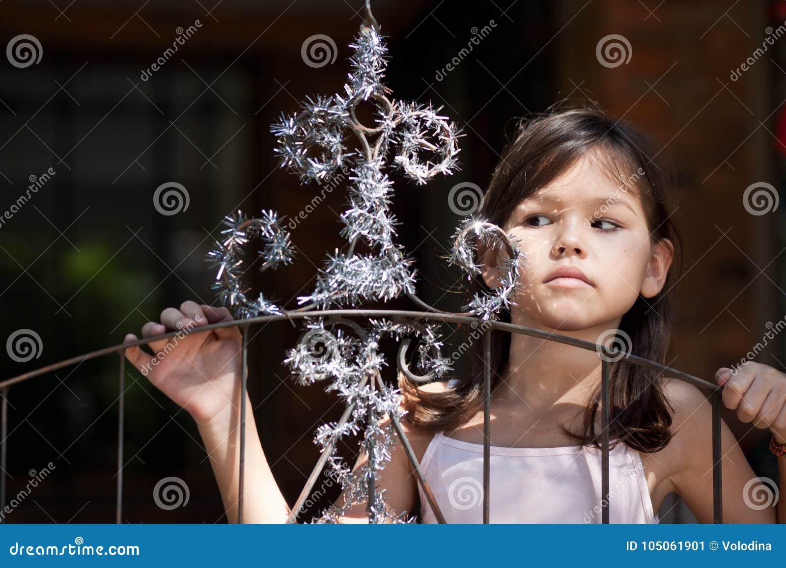A menina decora a porta da casa