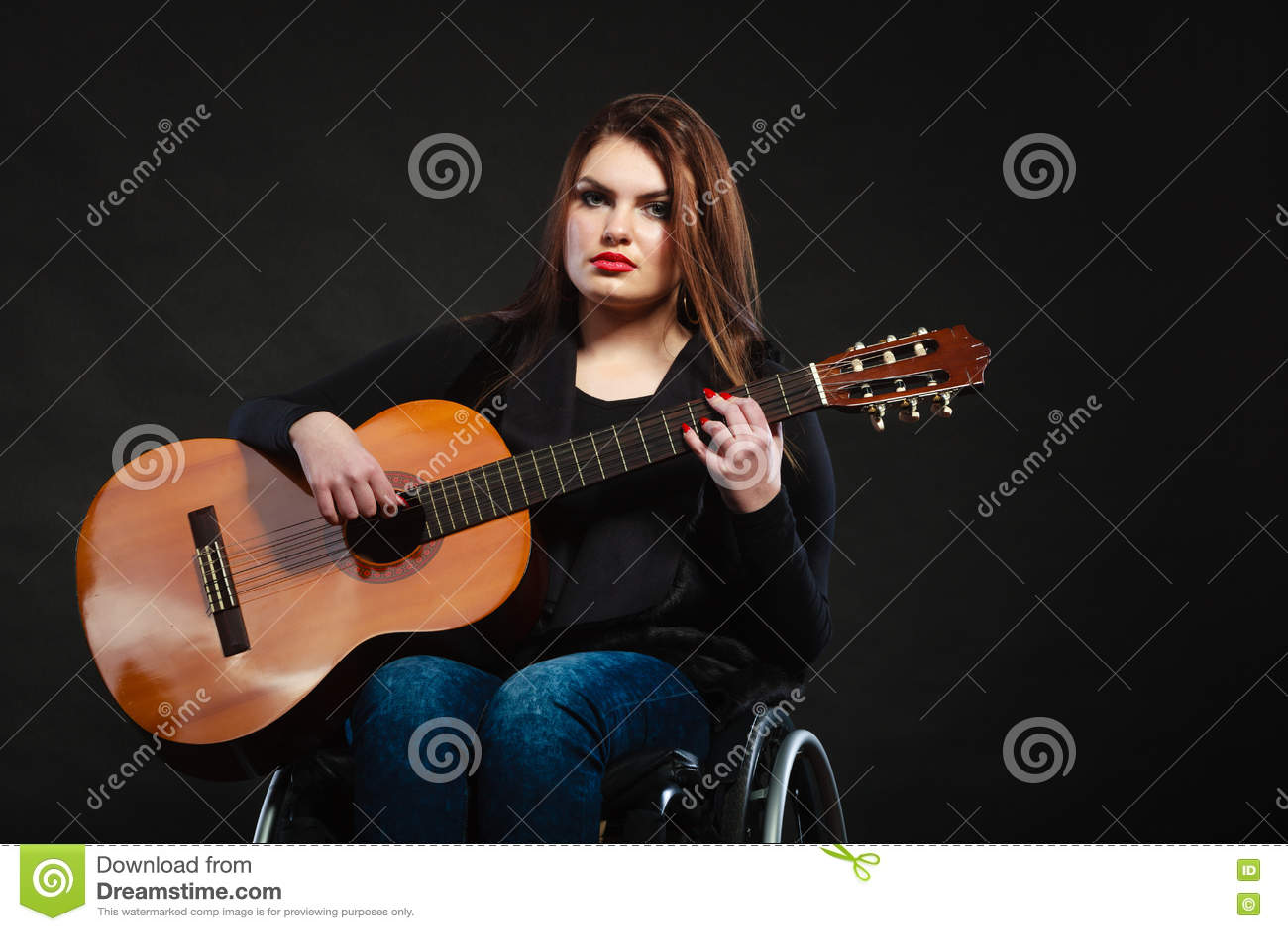 Menina deficiente que joga a guitarra