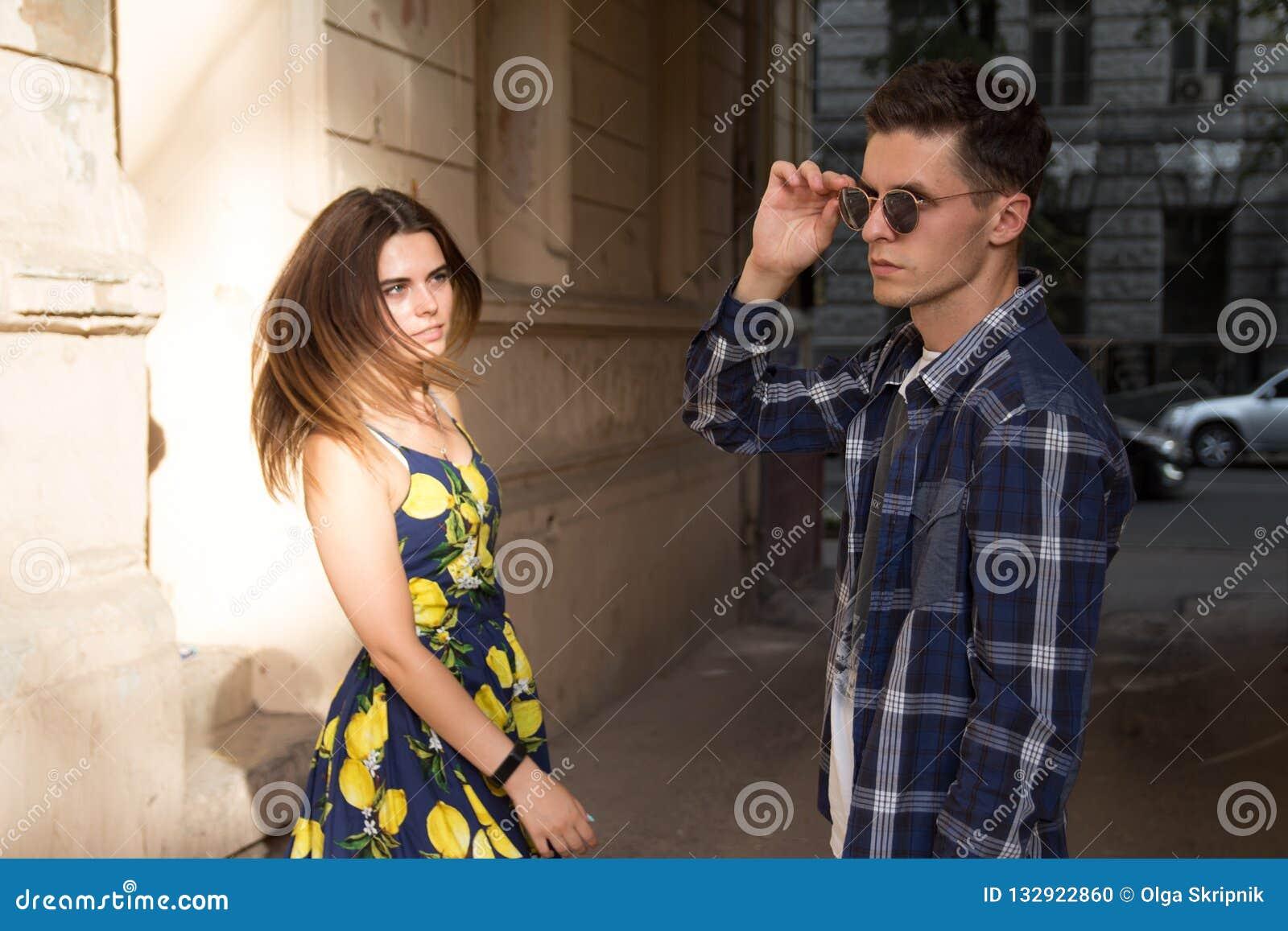 A menina deixa o indivíduo Pares felizes, amando, família menina do verão em um vestido uma data na cidade