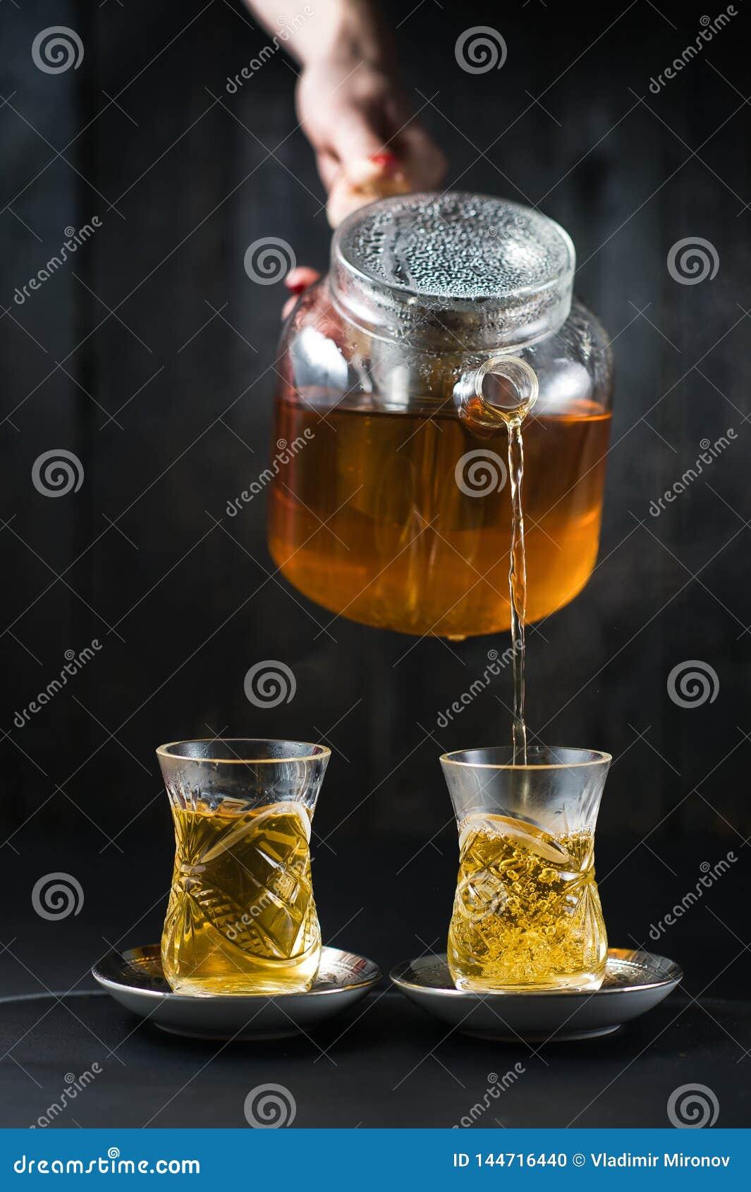 A menina derrama o chá em um armud