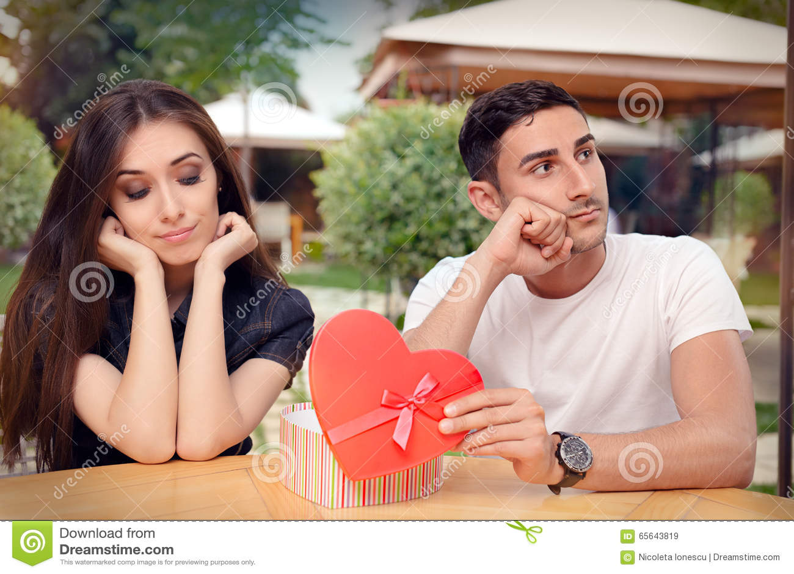 Menina desapontado em seu Valentine Gift From Boyfriend